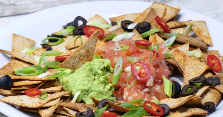 Gezonde nacho's met guacamole en tomatensalsa