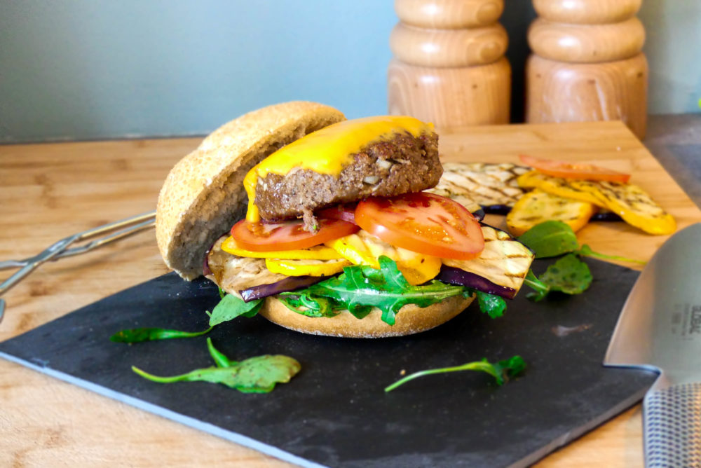 hamburger gegrilde groenten