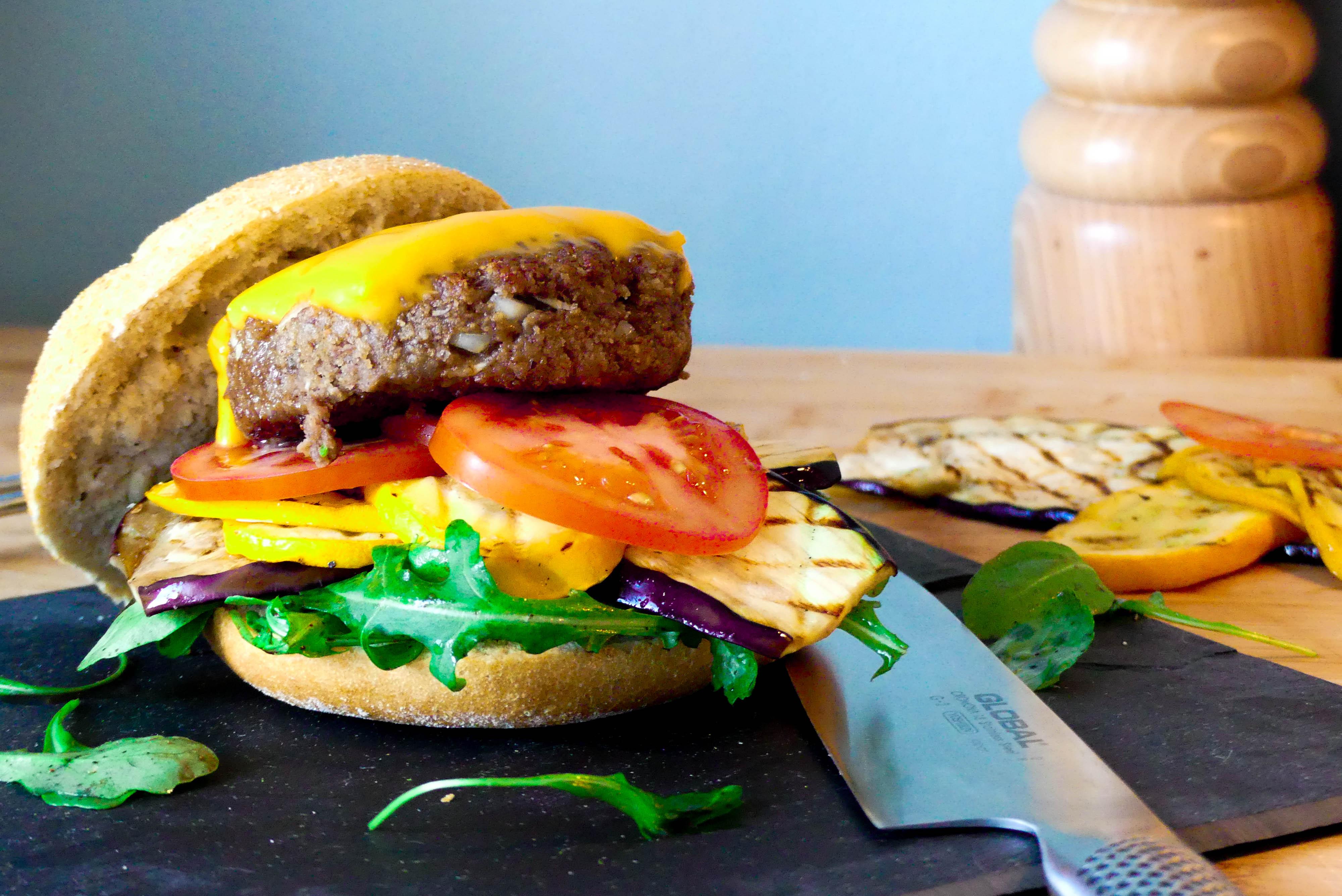 Hamburger met gegrilde groenten