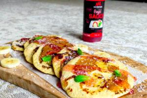 Banaan-proteine pannenkoeken met aardbeiensaus