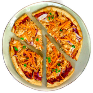 bloemkoolbodem pizza met bbq pulled chicken